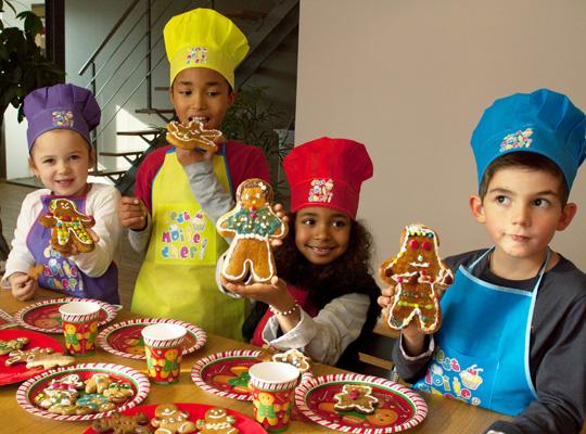 Des bonshommes et décorations de Noël en pain d'épices