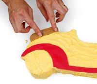 Poser les pièces en pâte d'amande sur la voiture